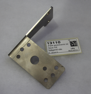 13110 Fäste gummiarm rst 3mm vid bakgavel-uks